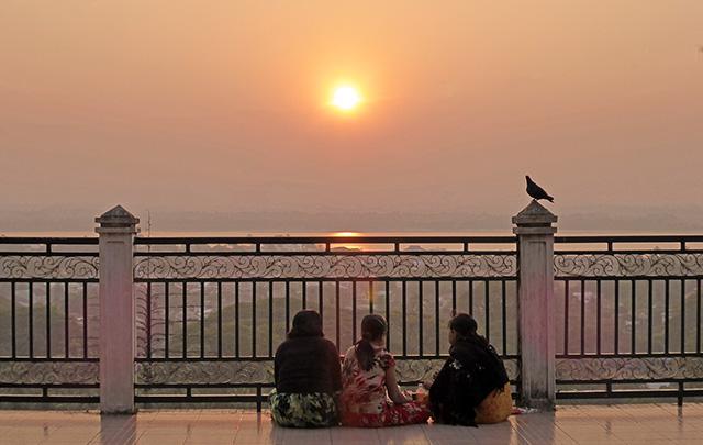 Colline des pagodes Mawlamyine Myanmar Coucher de soleil