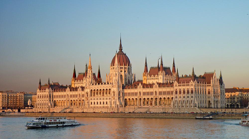 Vue sur le Parlement de l'autre côté de la rive du Danube