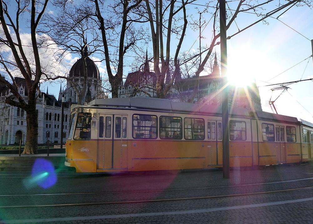 Quartier du Parlement de Budapest : les trams jaunes