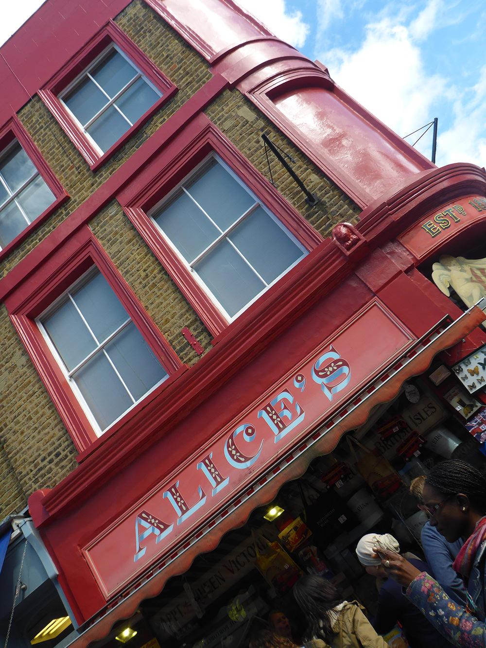 Les jolies façades du Marché de Portobello, Notting Hill, Londres